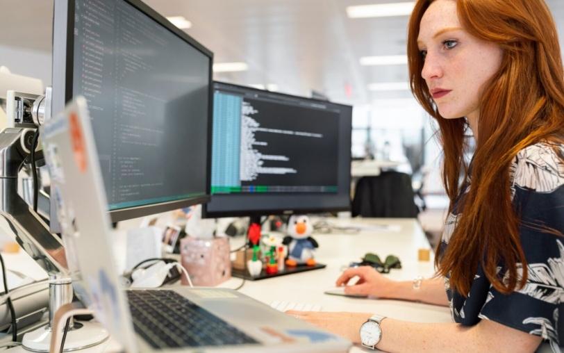プログラミングをしている女性の写真