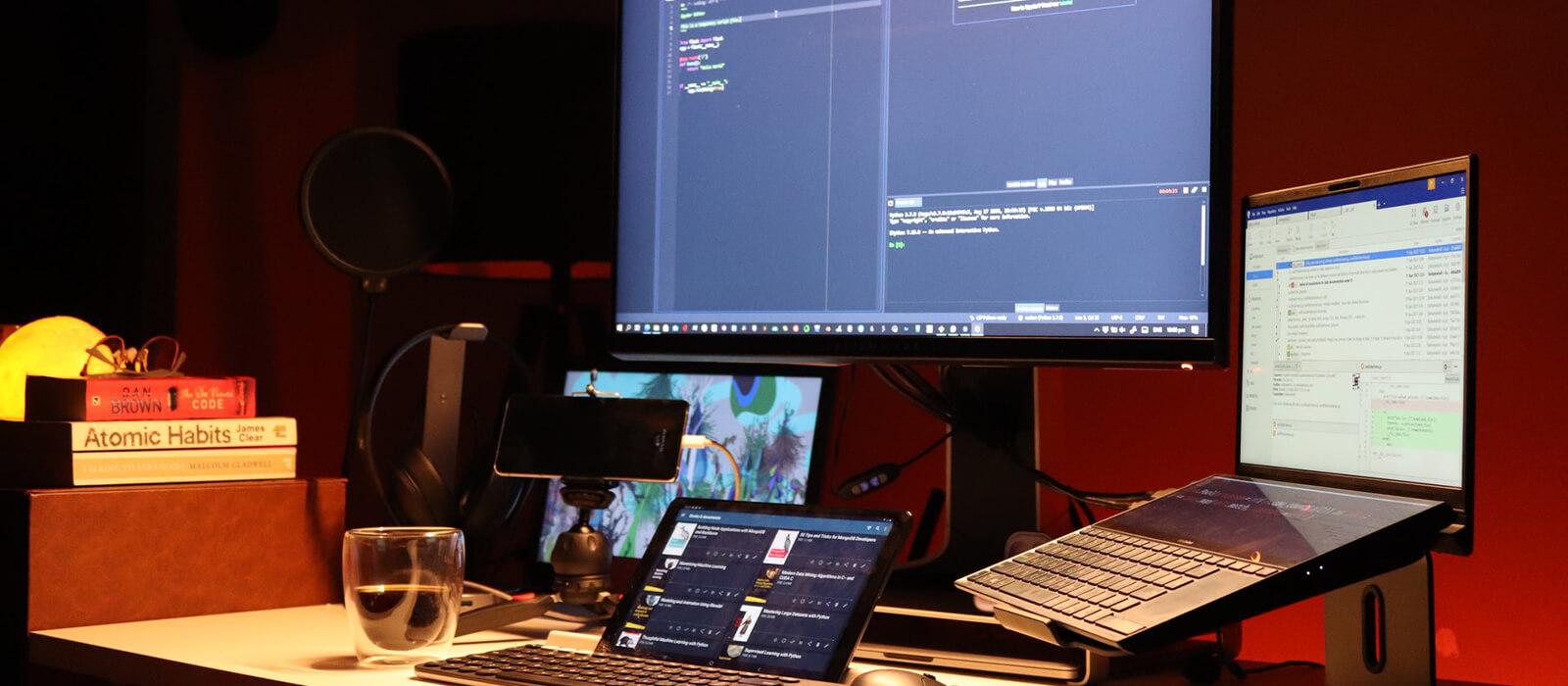 プログラミングを3画面でしている画像